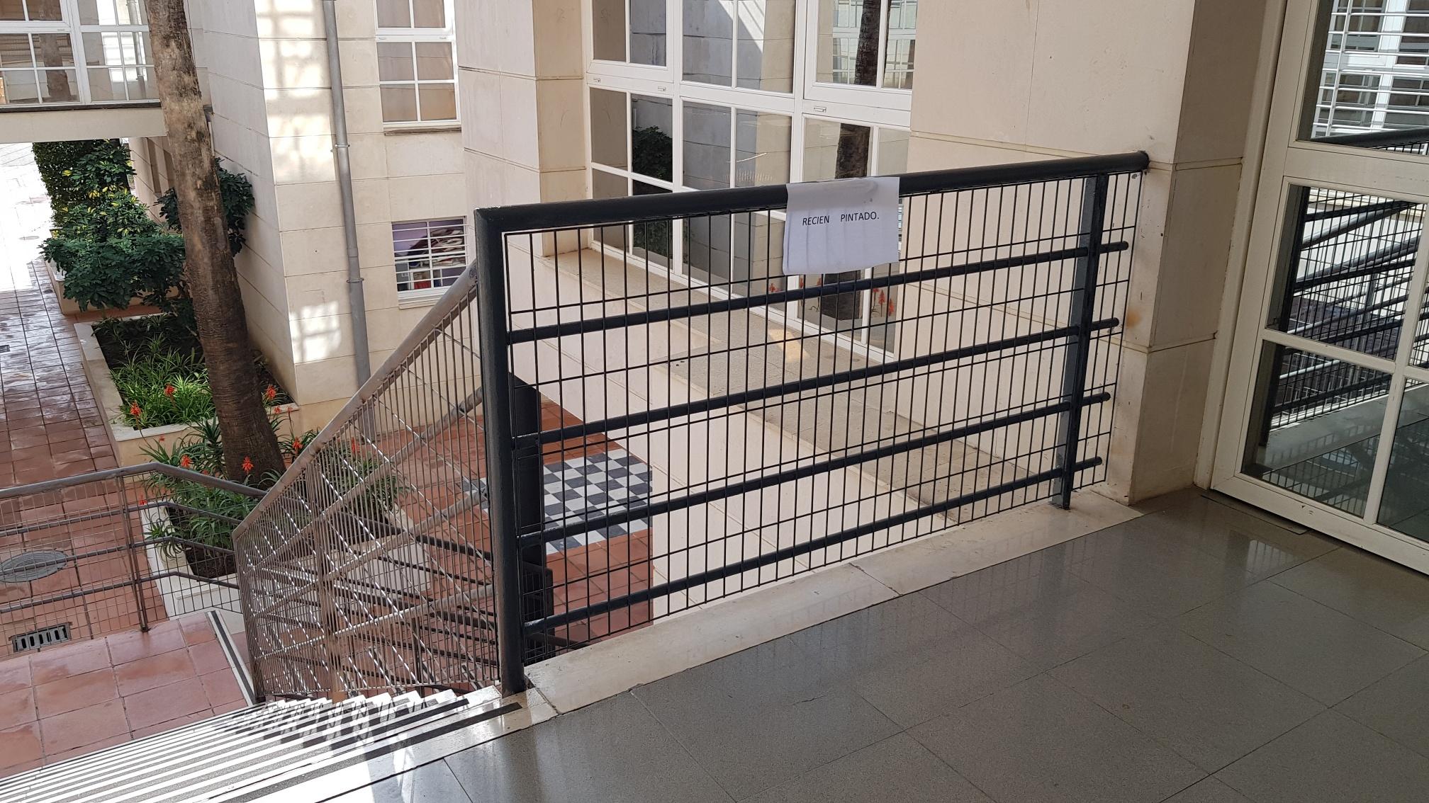 El club modifica la barandilla de la escalera para garantizar la seguridad de los más pequeños.